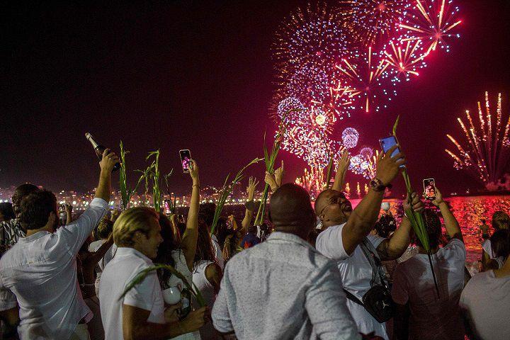 Locales y visitantes recibieron el 2020 en la playa de Copacabana, Brasil. AFP