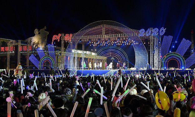 En la capital norcoreana recibieron el 2020 con una tarima, donde se presentaron artistas locales. AFP