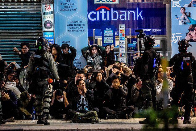 La Policía de Hong Kong detuvo a manifestantes. AFP